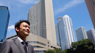 建物の前に立っているスーツの男の写真・画像素材[1396450]