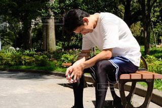 公園のベンチに座っている男の写真・画像素材[1396452]