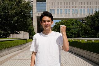 建物の前に立っている男の写真・画像素材[1396454]