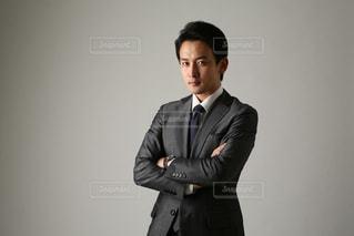 スーツとネクタイを身に着けている男の写真・画像素材[1634728]