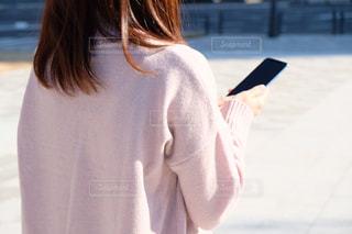 携帯電話で操作する女性の写真・画像素材[1707387]