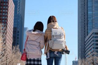建物の前に立っている女性の写真・画像素材[1707391]