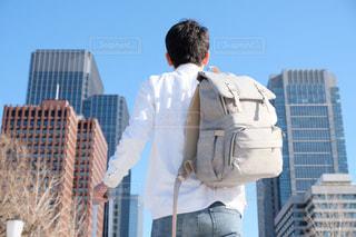 建物の前に立っている男の写真・画像素材[1707393]