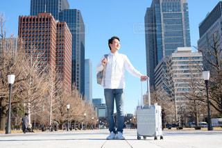 スーツケースを持った男性の写真・画像素材[1707395]