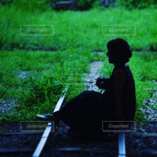 線路に座る女の子 - No.960078