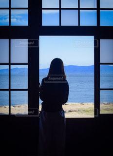 海を見つめる女性の写真・画像素材[960086]