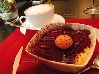 食品やコーヒー テーブルの上のカップのプレートの写真・画像素材[960351]