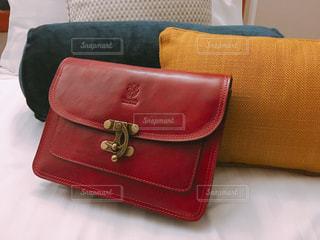 ベッドの上の赤い鞄の写真・画像素材[960352]