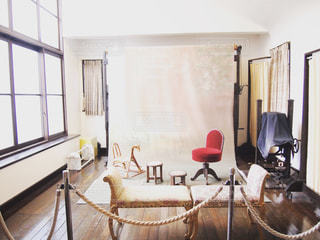 部屋に大きな赤い椅子 - No.960586