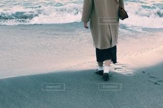 水域の隣に立つ人の写真・画像素材[2740700]