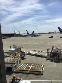 空港で駐機場に止まっている飛行機 - No.967696