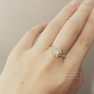 指輪をしている女性の手の写真・画像素材[960537]
