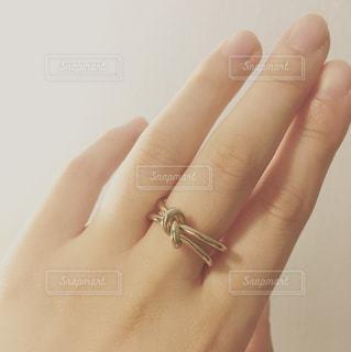 指輪をしている女性の手の写真・画像素材[960538]