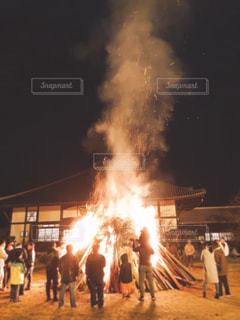 火の周りに立っている人々 のグループ - No.960742