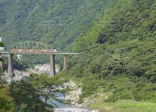 鉄橋を渡る列車の写真・画像素材[965080]