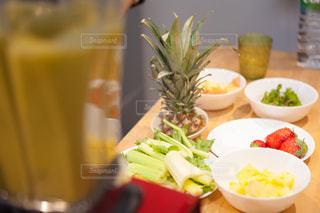 テーブルの上に食べ物のボウルの写真・画像素材[981060]