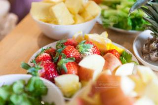 皿の上の果物と野菜のサラダ丼の写真・画像素材[981074]