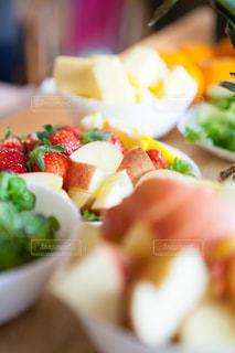 近くに食べ物のプレートのアップの写真・画像素材[981075]