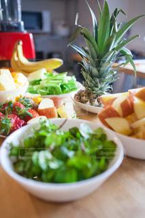 テーブルの上に食べ物のボウルの写真・画像素材[981076]