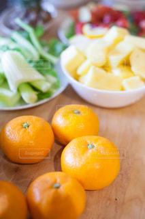 テーブルの上のオレンジのボウルの写真・画像素材[981077]