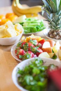テーブルの上に食べ物のボウルの写真・画像素材[981087]