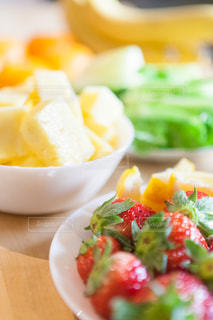 近くに皿の上の果物の鉢のアップの写真・画像素材[981088]