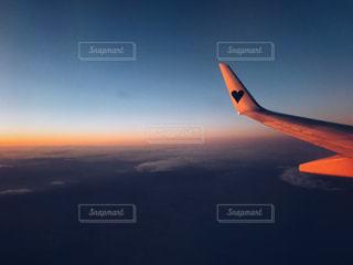 水の体の上に飛んでいる飛行機の写真・画像素材[993878]