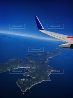空を飛んでいる飛行機の写真・画像素材[1113804]