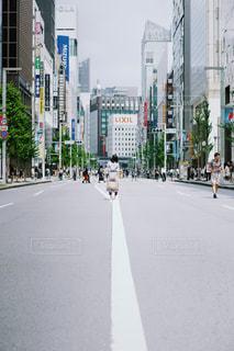 にぎやかな街の通りのクローズアップの写真・画像素材[2440464]