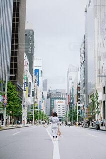 にぎやかな街の通りのクローズアップの写真・画像素材[2440467]