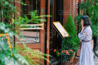 建物の前に立っている人の写真・画像素材[2440477]
