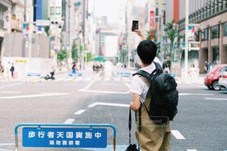 街の通りを歩く人の写真・画像素材[2440481]