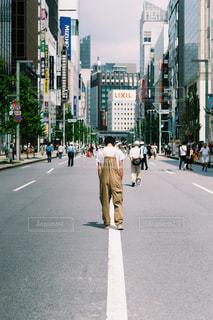 街の通りを歩く人々のグループの写真・画像素材[2440482]