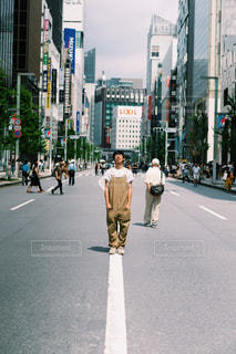 街の通りを歩く人々のグループの写真・画像素材[2440483]