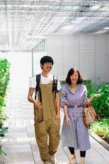 歩いている男女の写真・画像素材[2440487]