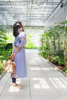 歩道に立っている若い女の子の写真・画像素材[2440491]