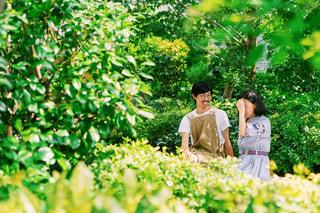 庭に座っている男女の写真・画像素材[2440518]
