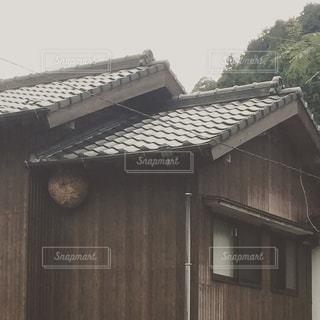 古い家に作られた蜂の巣の写真・画像素材[961965]