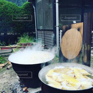 大鍋で茹でる筍の写真・画像素材[962040]