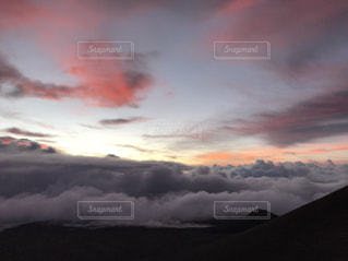 ハワイ島でみた朝焼けと雲海の写真・画像素材[962579]