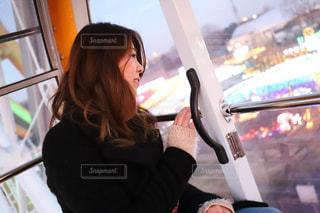 観覧車から景色を眺める女の子の写真・画像素材[963462]