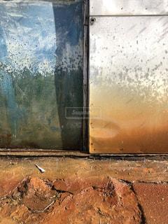 錆びた扉と地面の写真・画像素材[1005902]