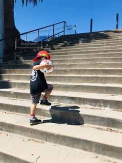 階段を駆け上がる兄の写真・画像素材[2337126]