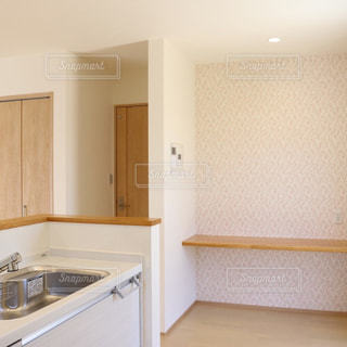 シンクと電子レンジ付きのキッチンの写真・画像素材[962337]