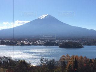 背景の山と水の大きな体の写真・画像素材[965829]