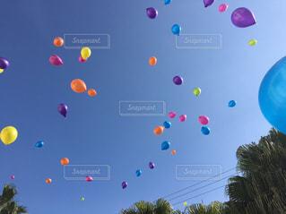 空飛ぶ風船の写真・画像素材[962592]