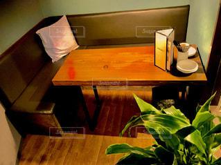 木製のテーブルの上に座って花の花瓶の写真・画像素材[1044400]