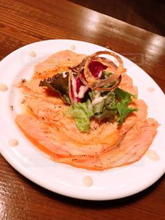 テーブルの上の食べ物の皿の写真・画像素材[2716801]