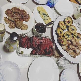 テーブルな皿の上に食べ物の種類をトッピング - No.962636