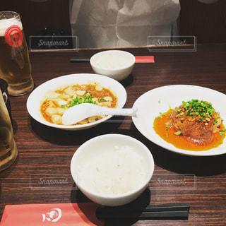 テーブルの上に食べ物のボウル - No.962642